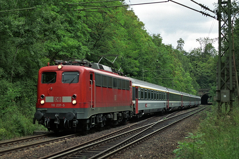110 237 mit IC 381 bei km 18,0 (September 2004)