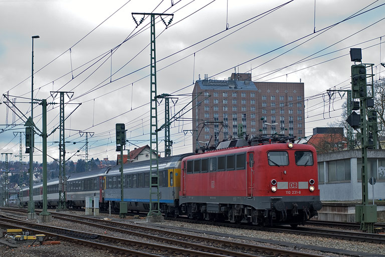 110 231 mit IC 284 bei km 15,6 (April 2010)