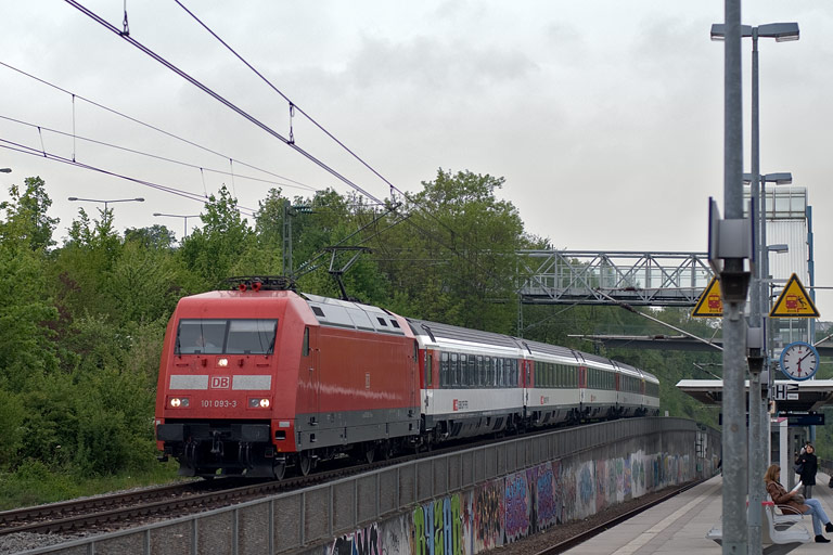 101 093 mit IC 283 bei km 14,0 (April 2011)