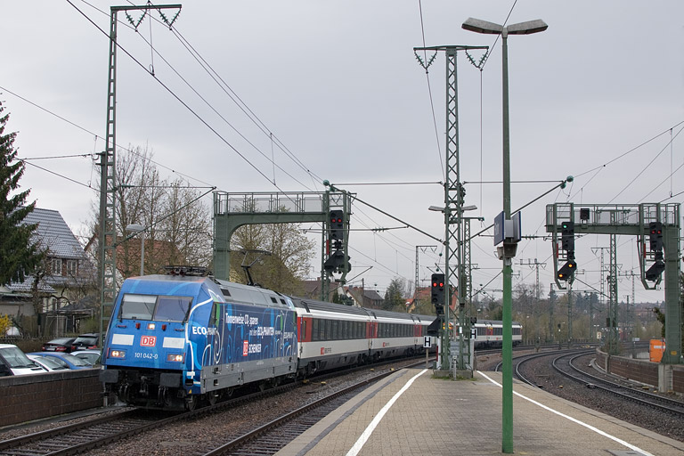 101 042 mit IC 183 bei km 16,6 (April 2012)