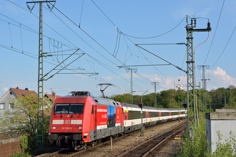101 006 mit IC 184 bei km 16,8 (April 2014)