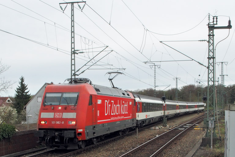 101 062 mit IC 186 bei km 16,8 (April 2015)