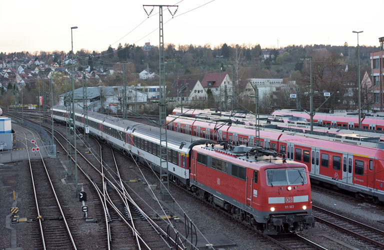 111 163 mit IC 182 bei km 16,0 (April 2015)