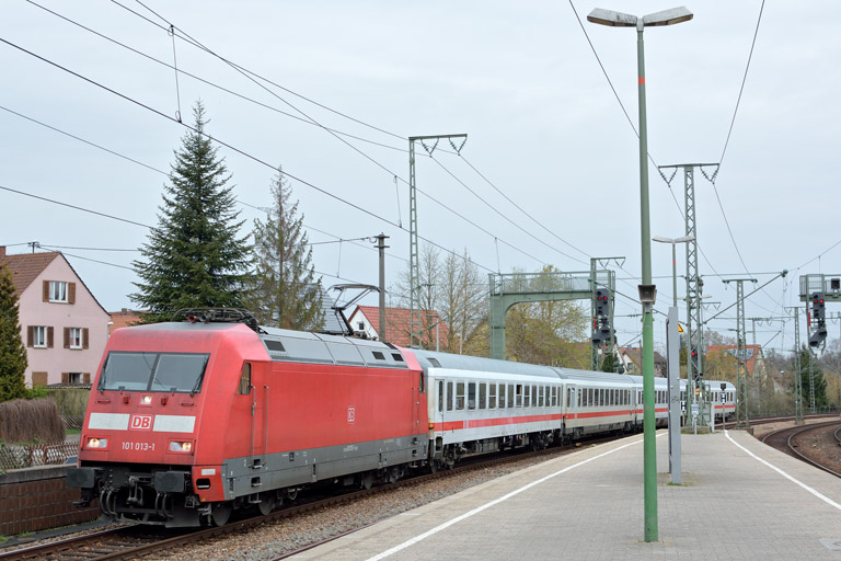 101 013 mit IC 933 bei km 16,8 (April 2016)