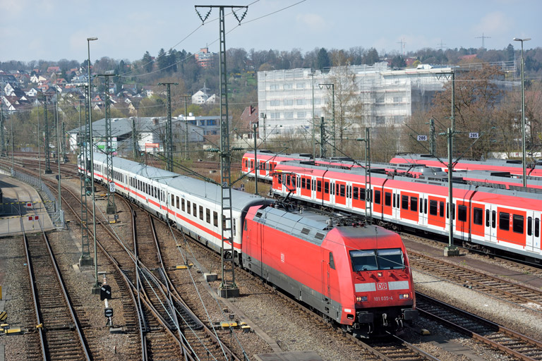 101 035 mit IC 836 bei km 16,0 (April 2016)