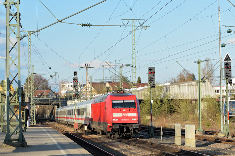 101 120 mit IC 833 bei km 15,4 (April 2016)