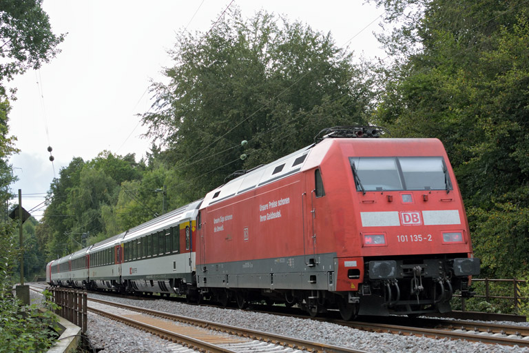101 135 mit IC 2551 bei km 18,4 (September 2016)