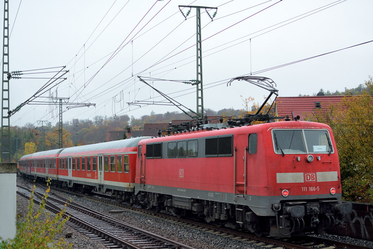 111 166 mit RE 19039 bei km 16,8 (November 2016)