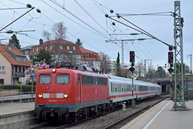115 114 mit IC 833 bei km 15,4 (April 2016)