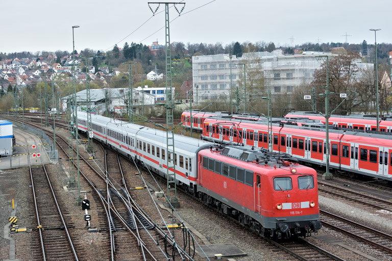 115 114 mit IC 836 bei km 16,0 (April 2016)