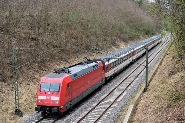 101 003 mit IC 187 bei km 19,0 (April 2017)