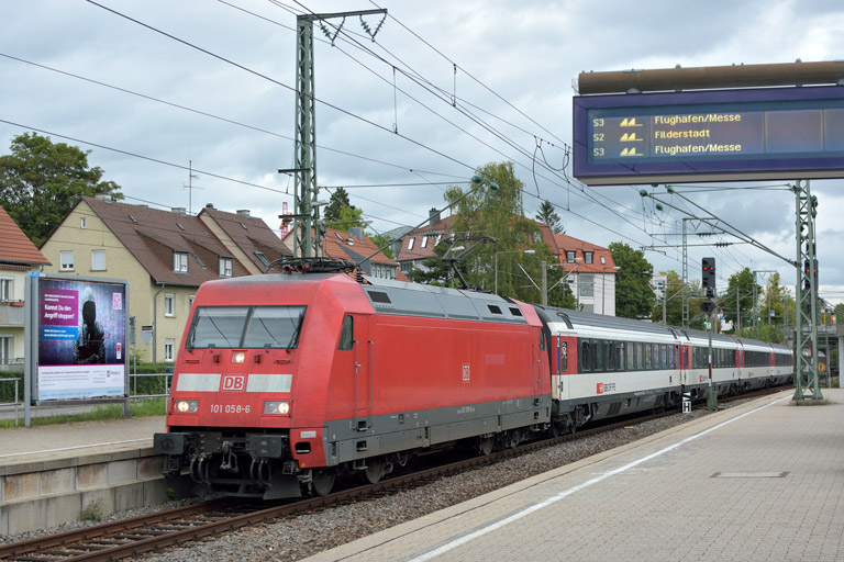 101 058 mit IC 281 bei km 15,6 (September 2017)