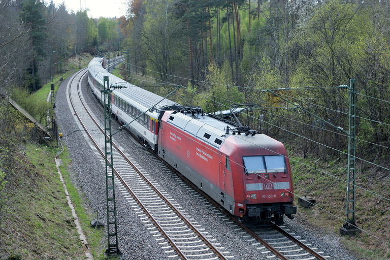 101 103 mit IC 2501 bei km 19,2 (April 2017)