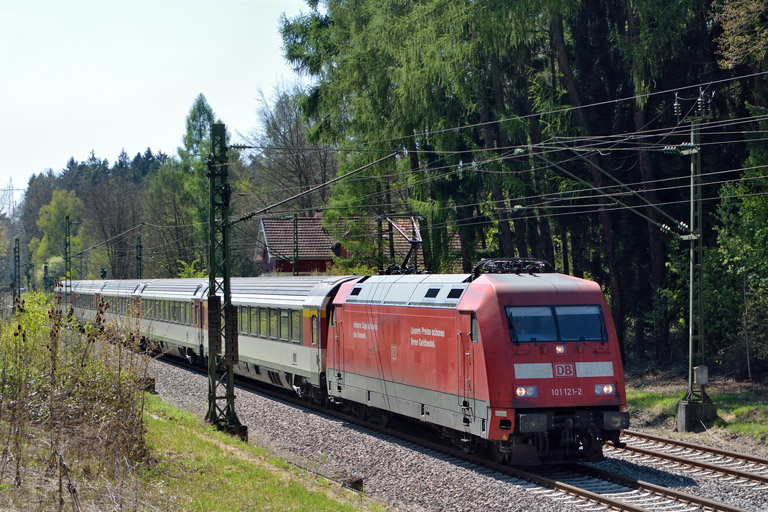 101 121 mit IC 186 bei km 18,2 (April 2017)