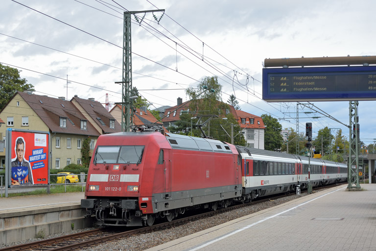 101 122 mit IC 185 bei km 15,6 (September 2017)