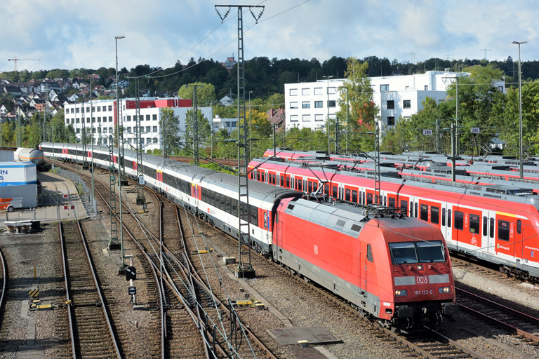101 122 mit IC 282 bei km 16,0 (September 2017)
