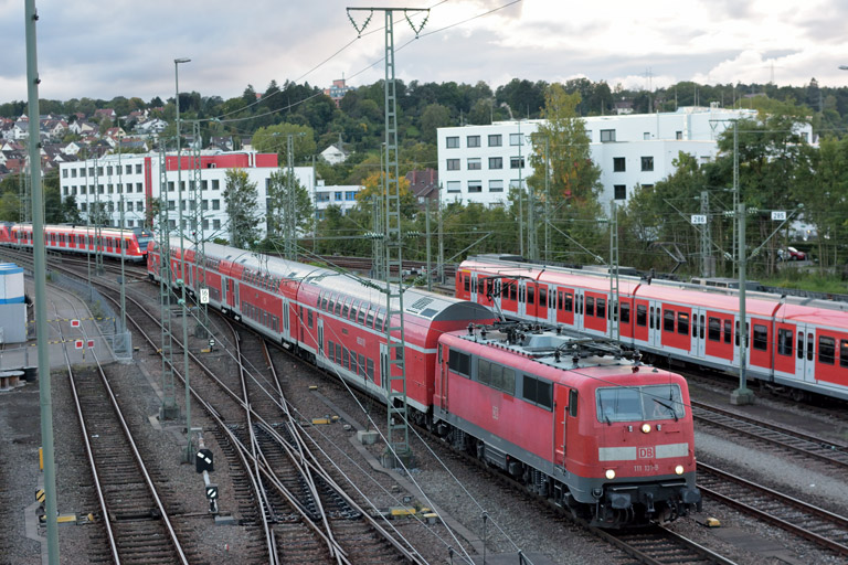 111 131 mit RE 19040 bei km 16,0 (September 2017)