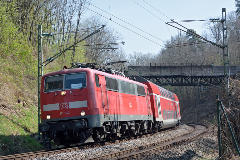111 162 mit RE 19035 bei km 10,4 (April 2017)