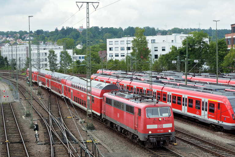 111 162 mit RE 69650 bei km 16,0 (September 2017)