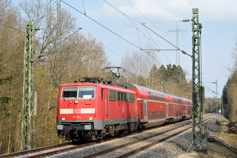 111 164 mit RE 19377 bei km 22,2 (April 2017)