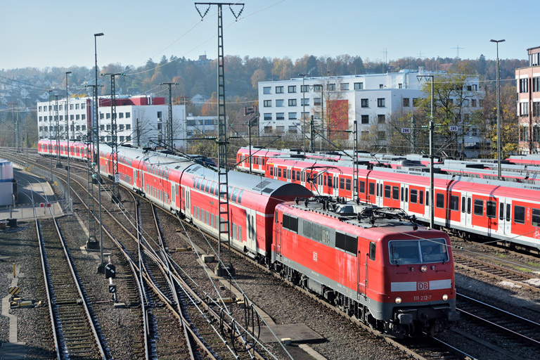111 212 mit RE 19034 bei km 16,0 (November 2017)