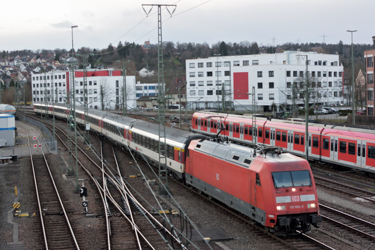 101 068 mit IC 184 bei km 16,0 (April 2018)